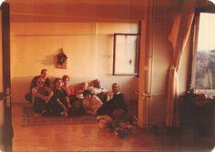 Ece Ayhan'ın, Tomris Uyar'ın, Tevfik Akdağ'ın, Nilgün Marmara'nın, Cemal Süreya'nın ve İlhan Berk'in belirgin olduğu bir fotoğraf / Nilgün Marmamara'nın evi (1980)