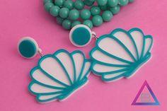 zpr Sereia seria uma diva dos mares? Ou uma diva enfeitada no asfalto?    Sereia ou princesa, estes brincos de acrilico são uma lindeza só!  #pulseirismo #pulseira #acessorios #beu #beuacessorios #still #ecommerce #share #compartilhe #boy #boyfashion #fashion #produto #brinco #colar #neckless #ring #blogger #blogueira #sereia #brincos #acrilico #turquesa #mar #lindeza