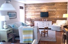 Love this reclaimed pallet wood wall!