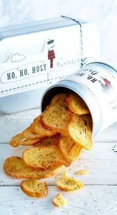 Ho-ho-holy bread chips recipe DELICIOUS - Festive nibble fun for an evening of bread and games. Healthy Appetizers, Appetizers For Party, Appetizer Recipes, Healthy Snacks, Snack Recipes, Fingerfood Party, Party Finger Foods, Party Snacks, Kid Drinks