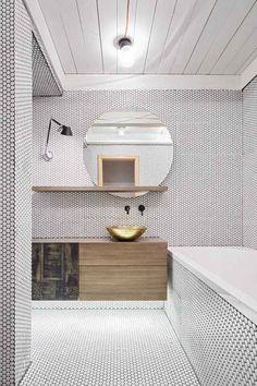 carrelage mosaïque salle de bain -noir-pois-blancs-meuble-vasque-bois-miroir-rond-vasque-cuivre