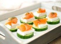 Gezonde snack – toastjes van komkommer, brie en zalm