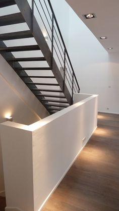 Escalier intérieur métallique design pour une décoration contemporaine fabriqué et installé par Escaliers Décors® - www.ed-ei.fr Finition : acier brut patiné. © Sylvain Perillat Architecte, Lyon