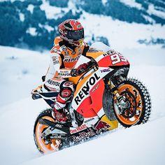 Marc Marquez: campeão do Moto GP desafiando os Alpes Piloto espanhol aceitou desafio e trocou esquis pela sua moto para encarar a montanha de Hahnenkamm na Áustria. Com pneus modificados com espetos de nove Marquez desceu o pico de gelo em evento extra do Streif Ski Run que termina neste domingo no local. A montanha de Hahnenkamm tem um dos trechos mais difíceis do campeonato mundial de esqui conhecido como 'Mousetrap' um descida com inclinação de 85º em que os esquiadores chegam aos 110…