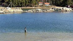 HER LUKTER DET FISK: Langgrunne sand-/mudderstrender er spennede, og sjøørreten tok akkurat ved begynnelsen av molbakken.