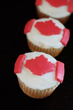 Cute Canada Day cupcakes to try out. Sure to be a family pleaser! Happy Birthday Canada, Happy Canada Day, Visit Canada, O Canada, No Bake Desserts, Just Desserts, Canada Day Party, Backpacking Canada
