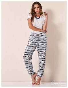 Cora Canela, calça jogging, calça com elástico estampada.