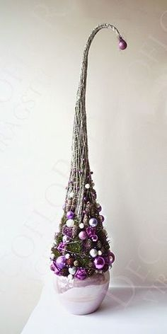 high Christmas decorations, pine lilies in purple green white - Christmas Crafts Diy Purple Christmas, Grinch Christmas, Modern Christmas, Christmas Design, All Things Christmas, Winter Christmas, Christmas Holidays, Xmas Tree, Christmas Tree Ornaments