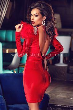 """L'abito Carla mostra allo stesso tempo una tale originalità e una eleganza, che sembra uscito da un set di #Hollywood! Questo abito a tubino è caratterizzato dal dorso scoperto e dalla scollatura a cuore e soprattutto dai due pellicciotti rossi sulle spalle. Perfetto per feste e/o cerimonie.  ➽ Contattaci su Pinterest o manda """"pin"""" via sms/WhatsApp al 373 7616355 per ricevere un BUONO SCONTO esclusivo!  #leastedisoha #moda #abbigliamento #donna #elegante"""