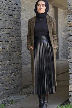 Pileli Tesettür Deri Etek Modelleri See other ideas and pictures from the category menu…. Hijab Casual, Hijab Chic, Hijab Outfit, Stylish Hijab, Modest Fashion Hijab, Modern Hijab Fashion, Muslim Women Fashion, Street Hijab Fashion, Skirt Fashion