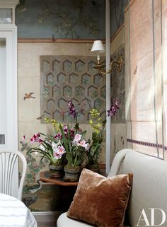 Gracie restored the room's antique wallpaper, which once belonged to publisher Condé Nast; its design motif was hand-painted on the window shades.