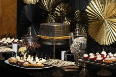 What a trendy dessert table! Perfect for a 1920's party wouldn't you say? Check out more fab details at 3d-memoirs.com! #greatgatsby #1920's #decor