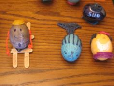 Skier, fish, happy person and submarine Easter egg Egg Decorating, Easter Eggs, Fish, Christmas Ornaments, Holiday Decor, Happy, Pisces, Christmas Jewelry, Ser Feliz