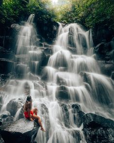 Kanto Lampo Waterfall referred to by locals as Air Terjun Kanto Lampo. This is a hidden gem in Bali where you can soak in the pristine water, and take pictures on the insta-famous rock. Hidden deep in the jungles of the little village of Beng in Gi Bali Waterfalls, Beautiful Waterfalls, Cap Vert, Bali Honeymoon, Lombard Street, Foto Pose, Lombok, Bali Travel, Dream Vacations