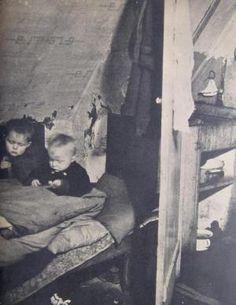 Forholdene var usle i arbejderkvartererne i Aarhus i 1940erne. Derfor blev hele bydele jævnet med jorden for at gøre plads til sundere lejligheder. (Foto: Forside fra Århus Boligkommission, Beretning 1949)