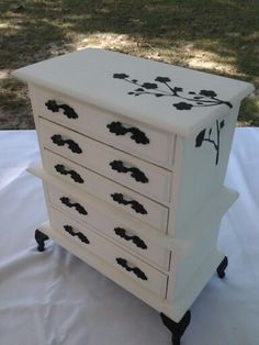 Jewelry box makeover...too cute!