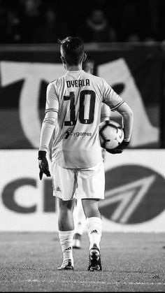 Best Football Players, Football Is Life, Football Boys, Soccer Players, Juventus Players, Ronaldo Juventus, Cristiano Ronaldo, Soccer Senior Photos, Football Pictures