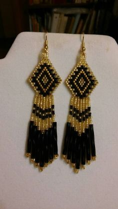 Indianer Stil Perlen Ohrringe in Schwarz und Gold Brick Stitch Earrings, Seed Bead Earrings, Diy Earrings, Hoop Earrings, Beaded Earrings Patterns, Earring Tutorial, Native American Fashion, Jewelry For Her, Bead Weaving