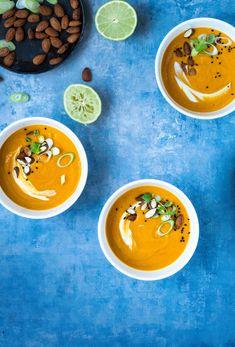 Græskarsuppe røde linser, kokosmælk og karrypasta - skøn græskarsuppe med krydderier og kokosmælk. Serveret med soyaristede mandler og nigellafrø.