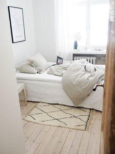 @lillisofia makuuhuone on sellainen, josta ei malttaisi rauhallisena sunnuntaina lainkaan poistua. Kaunis valo, pellavalakanat, lautalattia ja pehmeä Beni Ouarain-matto (kyllä, se on Sukhin ;) ) tekevät tilasta suorastaan liiankin kutsuvan – joskus on myös poistuttava kotoa. #Sukhi #beniouarain #bedroom #makuuhuone