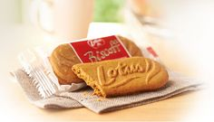 How can a small cookie taste so great? Lotus Biscoff cookies have a unique flavor, iconic shape, and a crunchy bite. Caramel Biscuits, Biscoff Biscuits, Biscoff Cookies, Cookie Gift Baskets, Cookie Gifts, Gourmet Cookies, Easy Cookie Recipes, Aesthetic Food, Sweet Treats