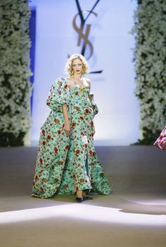 ♥Yves Saint Laurent at Couture Spring 2002 - Runway Photos Weird Fashion, 90s Fashion, Vintage Fashion, Fashion Forms, High Fashion, Christian Dior, Saint Laurent Paris, Ysl, French Fashion Designers