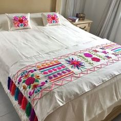 para casa Hair Style Image style and image hair products Hand Embroidery Videos, Hand Embroidery Designs, Embroidery Stitches, Cushion Embroidery, Bed Cover Design, Designer Bed Sheets, Mexican Home Decor, Embroidered Bedding, Mexican Embroidery