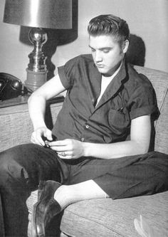 May 1956 - Elvis At Detroit's Sheraton Cadillac Hotel. - Elvis Performed Three Shows At The Fox Theatre in Detroit. Elvis Presley Concerts, Elvis Presley Photos, Wanda Jackson, Young Elvis, Star Wars, Graceland, Most Beautiful Man, No One Loves Me, Old Hollywood