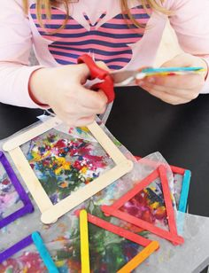 Wax Paper Crafts, Melted Crayon Crafts, Crayon Art, Paper Crafts For Kids, Cd Crafts, Plate Crafts, Diy Art Projects, Craft Projects For Kids, Sun Catchers