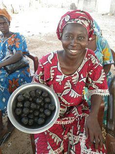 Nébéday, l'environnement au coeur du développement: La forêt de Sangako. Fabrication de savon 100% naturel a base de potasse de cendre de coques des fruits du baobab et d'huile d'arachide.