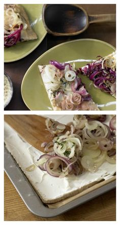 Vor dem Backen werden Honig und Paprikapulver über die Zwiebeln gegeben: Zwiebelkuchen mit Thymian aus Quark-Öl-Teig | http://eatsmarter.de/rezepte/zwiebelkuchen-thymian