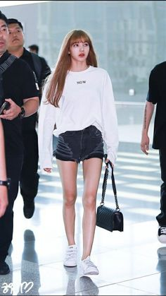Kpop Fashion Outfits, Blackpink Fashion, Korean Fashion, Korean Airport Fashion, Korean Girl, Asian Girl, Chica Cool, Black Pink Kpop, Kim Jisoo