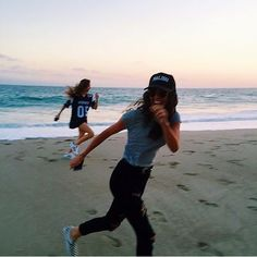 Run on the beach (well.. kind of) totally justifies a sneaky sunset wine, right @leahmccarthy? #obviously #goodmostly