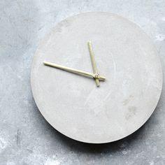 Horloge ronde en béton gris clair Watch House Doctor