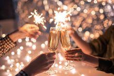 Hello 2021! We kunnen 2020 bijna gedag zeggen want de jaarwisseling staat voor de deur. Ondanks dat we het dit jaar niet zo kunnen vieren als we gewend zijn, hebben we speciaal voor onze gasten op Dormio Resort Maastricht een Sylvester Feestbox samengesteld. Dit feestelijke pakket bestaat uit oliebollen, appelbeignets, bubbels, sterretjes en nog meer leuks en lekkers. Namens het hele Dormio teams wensen we je alvast een hele fijne jaarwisseling en een mooi & gezond 2021! Bon Champagne, Champagne Bottles, Champagne Taste, Happy New Year Quotes, Quotes About New Year, Kings Kaleidoscope, Party Knaller, New Years Eve Events, Auld Lang Syne