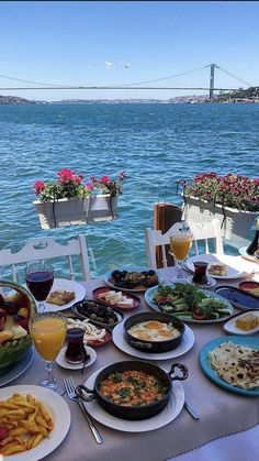 Lunch with a view Istanbul Turkey. Photo by Breakfast Hotel, Breakfast Bowls, Breakfast Time, Istanbul Food, Visit Istanbul, Istanbul Hotels, Turkish Eggs, Turkish Breakfast, Turkey Holidays