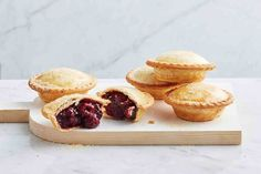 Looking for a quick and easy family dessert? Try these juicy pie maker cherry pies! Cheesecake Swirl Brownies, Just Pies, Cherry Pies, Healthy Sweet Treats, Shortcrust Pastry, Christmas Dishes, Christmas Goodies, Mince Pies, Pie Recipes