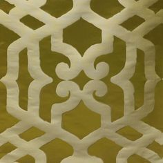 MAESTOSO col. 004 by Dedar - A silk damask of majestic elegance with a large-scale motif of Moorish inspiration standing out on a ground with a slight craquelé effect.