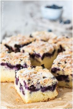 Super saftiger Teig, fruchtige Beeren und knusprige Streusel - dieser Blaubeer-Buttermilch-Kuchen mit Streuseln vereint all diese Komponenten
