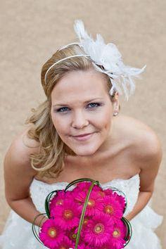 Eine Braut mit Brautsrauß aus rosa Gerbera