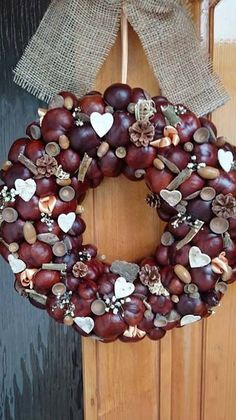 15 DIY ideas for the fall decoration. Super reasons why it is worth collecting chestnuts - 15 DIY ideas for the fall decoration. Super reasons why it is worth collecting chestnuts. Shabby Chic Christmas, Christmas Wreaths, Christmas Crafts, Christmas Decorations, Xmas, Fall Wreaths, Door Wreaths, Diy Wreath, Ornament Wreath