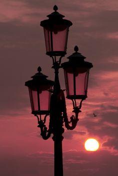 #sunrise #sanmarco #venice #venezia #red #magenta #sun #bird #lamp #italy #italia Magenta, Venice, Sunrise, Bird, Painting, Ideas, Lanterns, Italia, Venice Italy