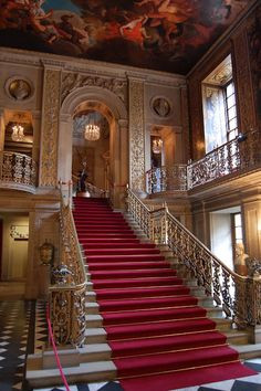 Main hallway of Chatsworth House, a stately home in England. Grande Cage D'escalier, Chateau Medieval, Chatsworth House, Grand Staircase, House Staircase, Stairway To Heaven, Kirchen, Historic Homes, Stairways