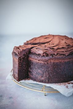 Rich, dense and utterly sinful, this recipe ticks all the boxes for the ultimate mud cake. It took a little trial and error to get it perfect, but we're White Chocolate Mud Cake, Chocolate Desserts, Dense Chocolate Cake Recipe, Baking Recipes, Cake Recipes, Dessert Recipes, Homade Cake Recipe, Cake Toppings, Savoury Cake