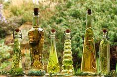 Se utilizaba en condimentos y para freír alimentos, y también para conservarlos, el aceite era materia prima de medicamentos de uso tópico (como cremas y pomadas), de cosméticos (cremas y aceites para el cabello y la piel) o también mezclado con esencias perfumadas para uso corporal o en ambientes. Mezclándolo con las especias y flores, se hacía una especie de incienso