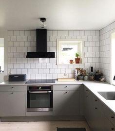 En svartlackad Area i detta moderna, enkla Vedumkök. Snyggt! Area - Fjäråskupan - Vedum - Kök - Kitchen - Släta luckor - Grå - Svart - Vit - Kakel