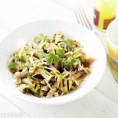Supernopea ja helppo tuorekastike surahtaa valmiiksi sillä välin, kun pasta kiehuu. Tahini-kesäkurpitsapasta on lautasilla vartissa!