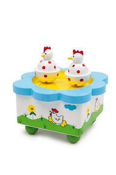 """Spieluhr """"Hennentanz"""". Zwei Hennen beim Tanz! Mit einer wunderschönen Melodie drehen sich die zwei lustigen Hühnchen auf dieser schön gestalteten Spieluhr im Kreise. Ob als Einschlafmelodie für's Baby oder zum immer wieder Staunen – Spieluhren aus Holz sind ein toller """"Erstkontakt"""" mit der Welt der Musik."""