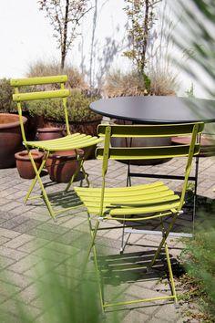 Zestaw ogrodowy składający się z dwóch krzeseł i stołu z kolekcji Arc en Ciel marki Emu. Wykonany ze stali. Dostępny w bardzo bogatej palecie kolorystycznej. Doskonale sprawdza się na balkonie, tarasie czy w ogrodzie. Outdoor Furniture Sets, Outdoor Decor, Emu, Garden, Design, Home Decor, Balcony, Garten, Decoration Home