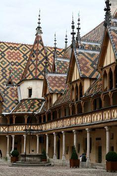 Beaune en Côte d'Or - région Bourgone - les Hospices de Beaune - toitures